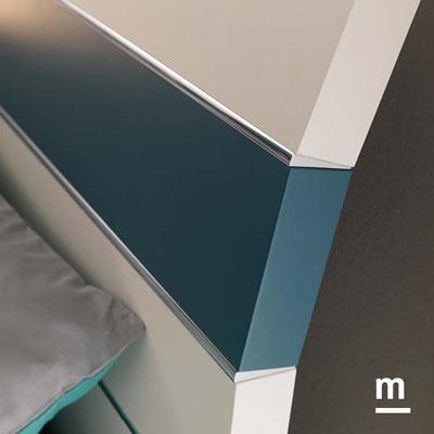 Testata del letto Bend con laccatura pavone e finiture in alluminio cromato