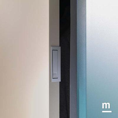 Dettaglio della maniglia Pocket per l'apertura dell'anta scorrevole dell'armadio Slider