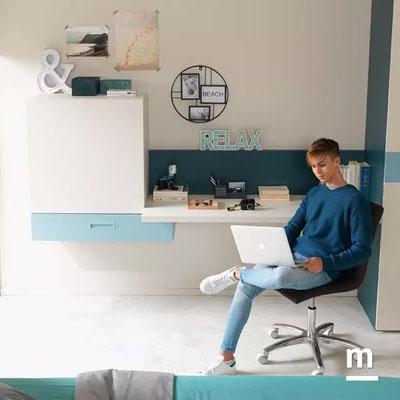 Zona studio attrezzata con scrivania sospesa e Wallbox push-pull in color cielo ed essenza quarzo