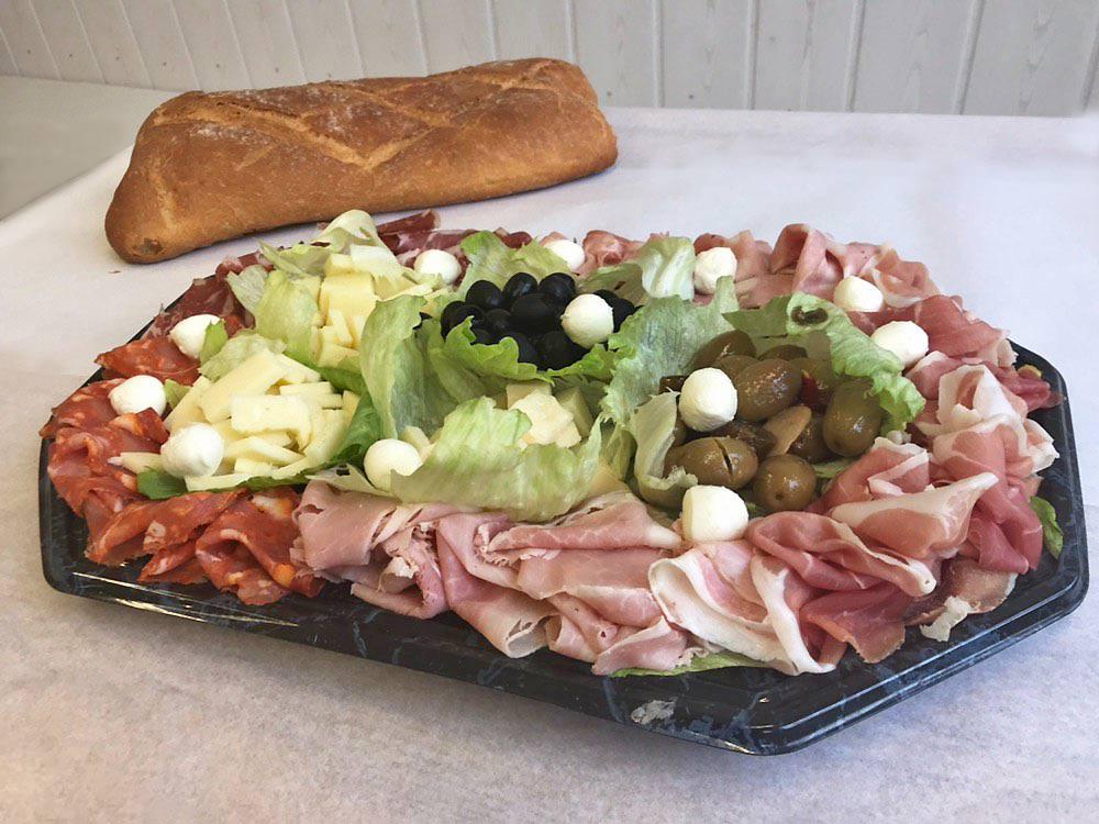 Diverse Aufschnitte, Oliven, Mozzarella + Pane Romano (extra 5.00 CHF)