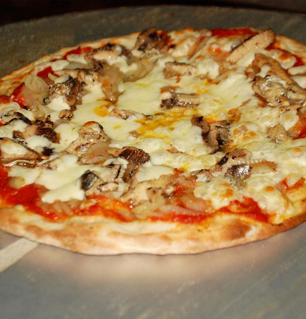 Pinsa Romana Sardinen und Zwiebeln
