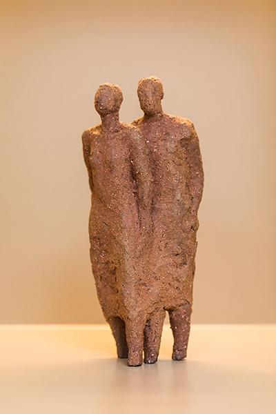 Anne de Mol sculpture le couple made of argile brown at alexia werrie gallery