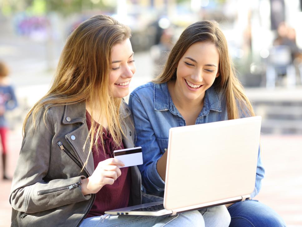 Adolescentes avec une carte bancaire