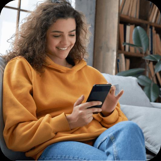 Adolescente apprend à mieux gérer son argent