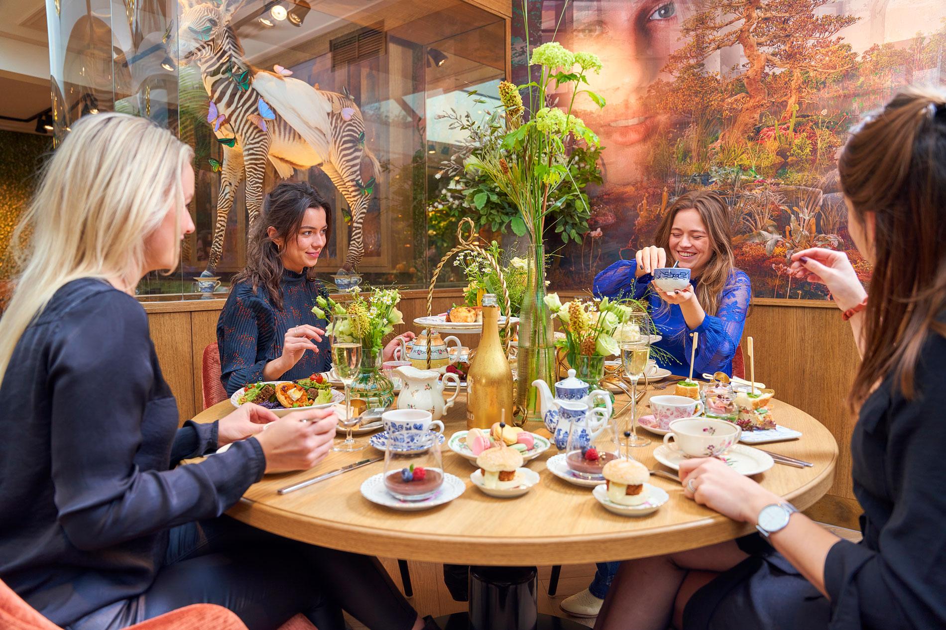 Tafelsetting met vrouwen Brasserie Merlijn