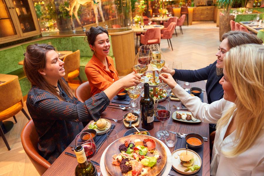 Vrouwen met wijn in Brasserie Merlijn