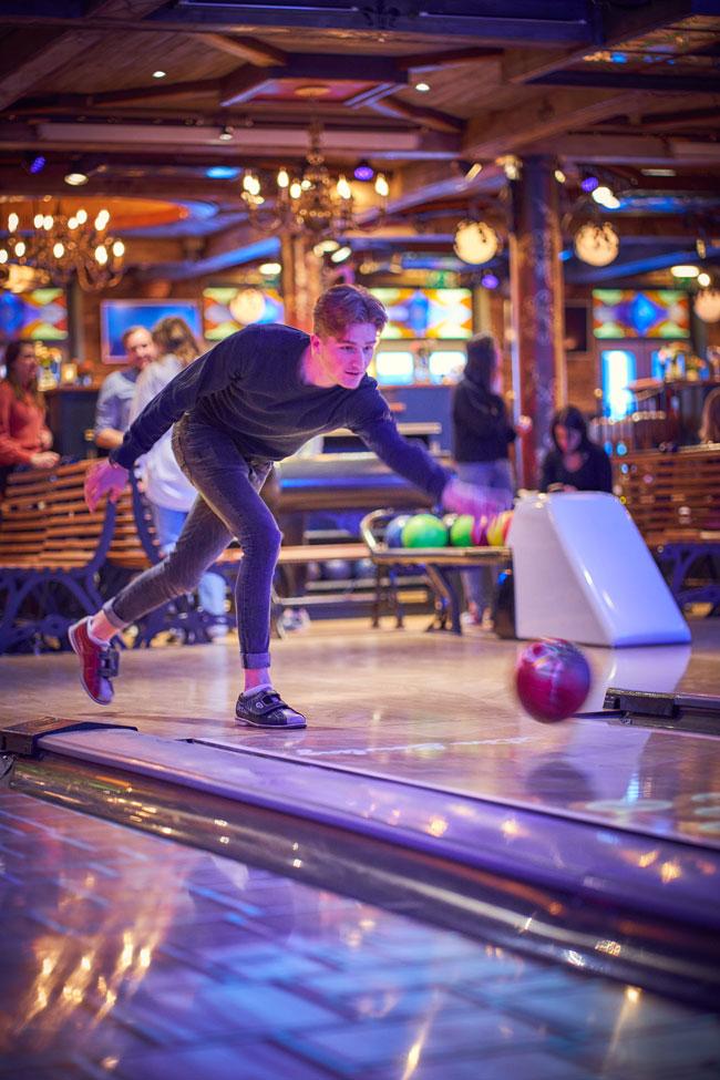 Man gooit bowlingbal
