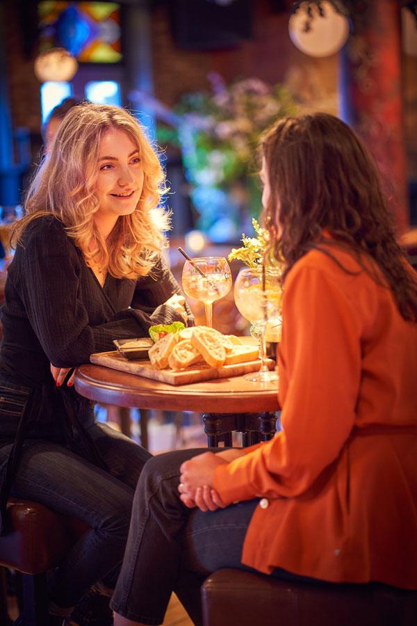 Vrouwen aan tafel in grand cafe Merlijn