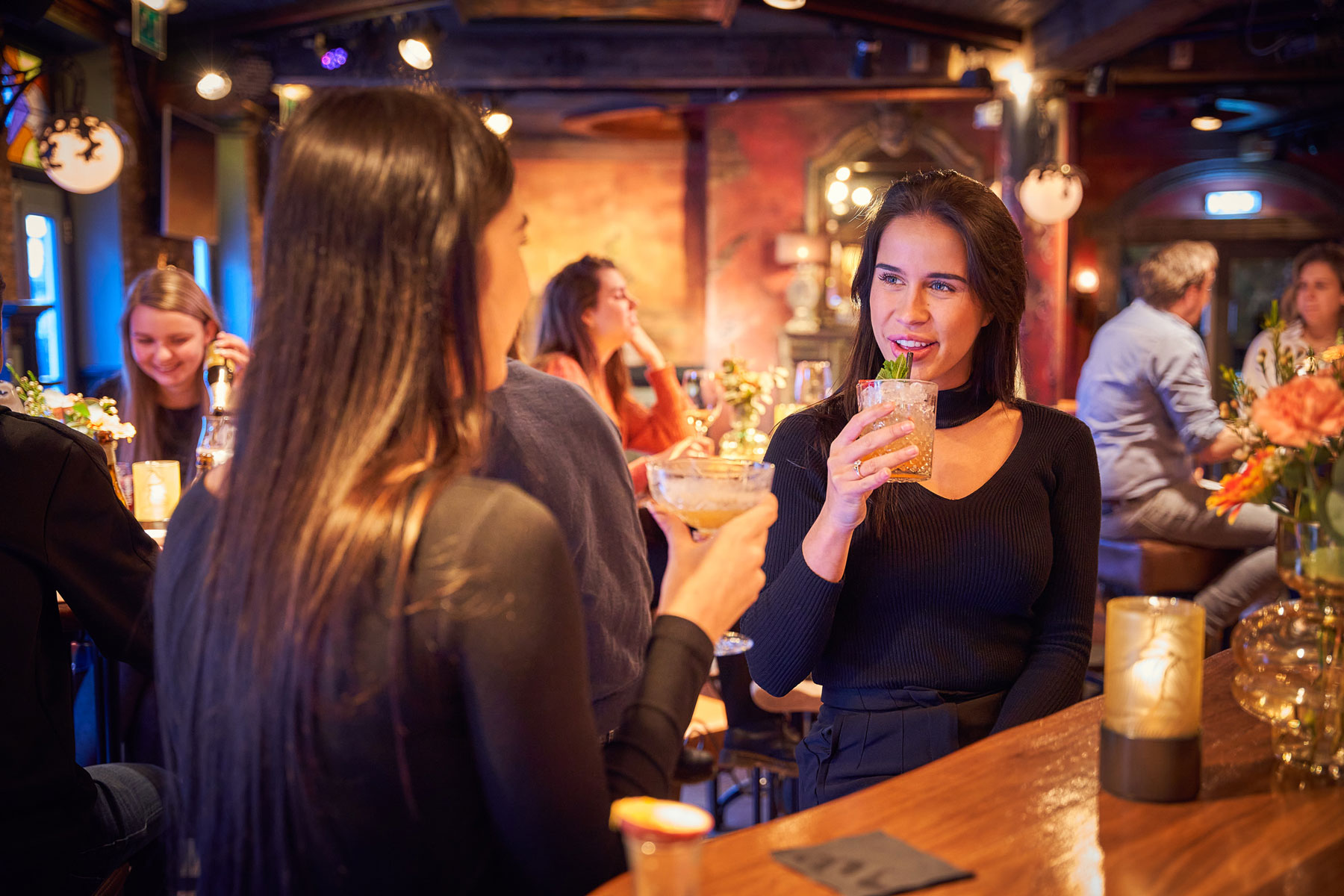 Vrouwen met drankje in grand café Merlijn