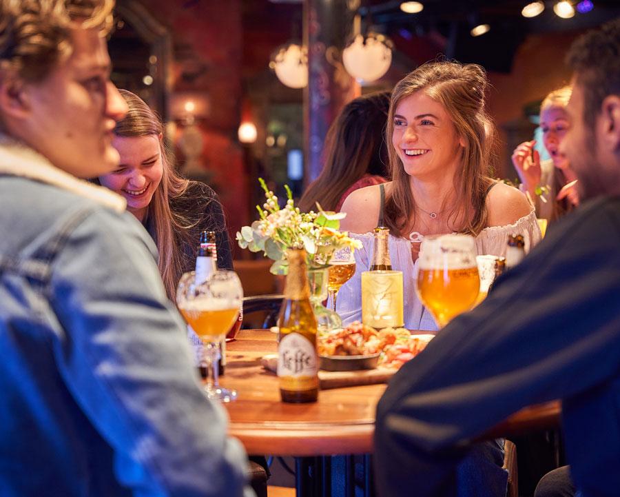 Tafel met mensen in Grand Café Merlijn