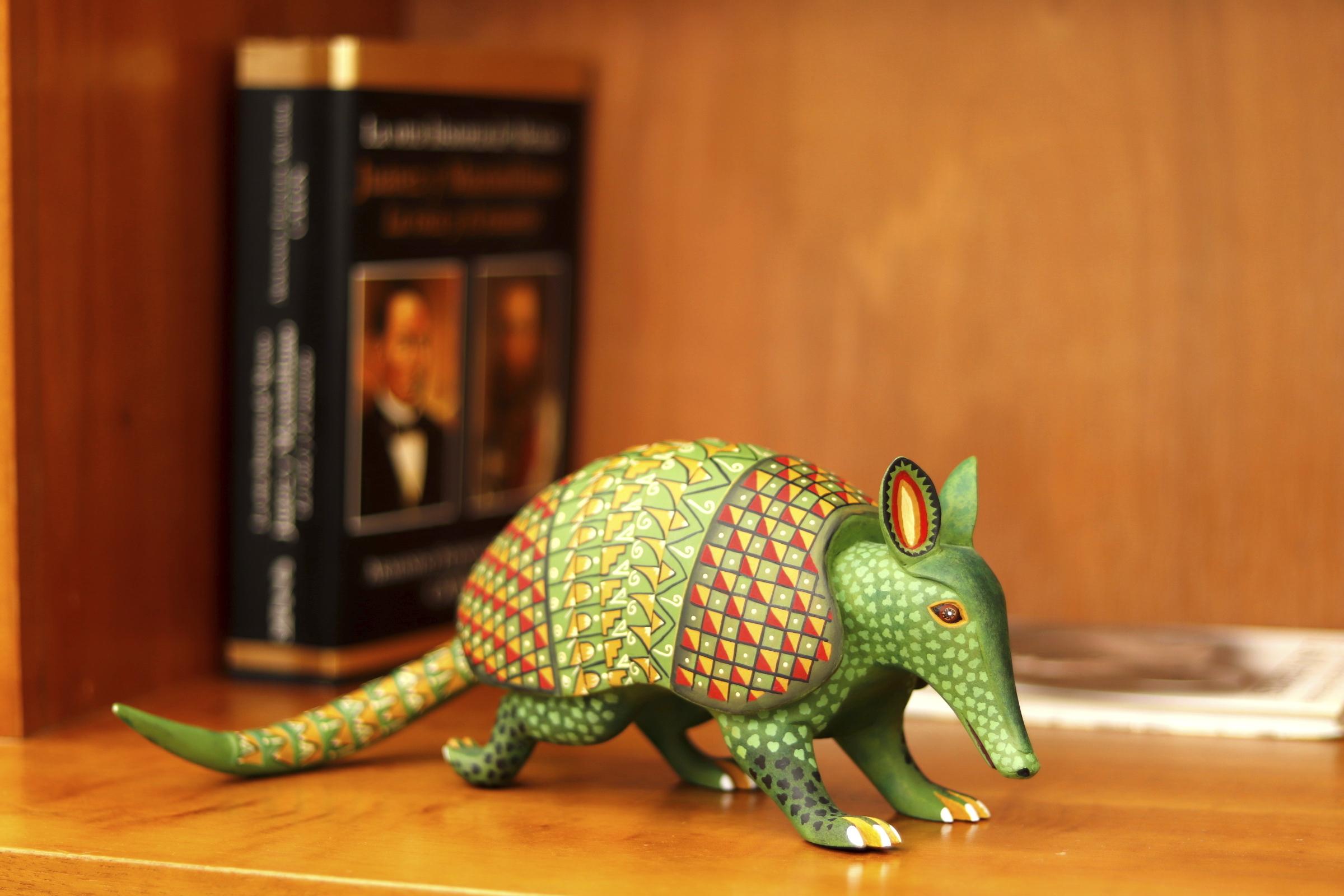 Alebrije. Escultura. Arte mexicano. Colocado en un librero.