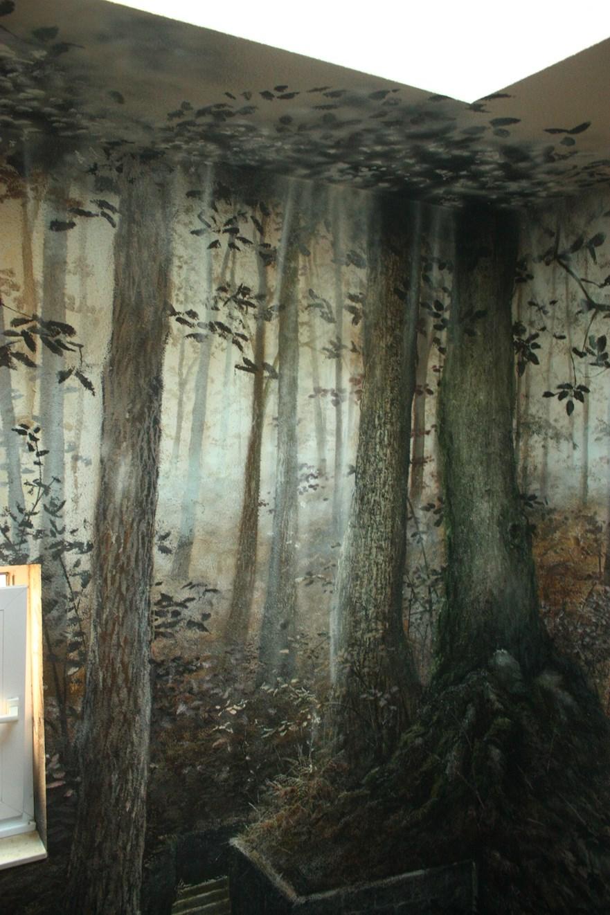 muur en plafondschilderij in traphal hotel
