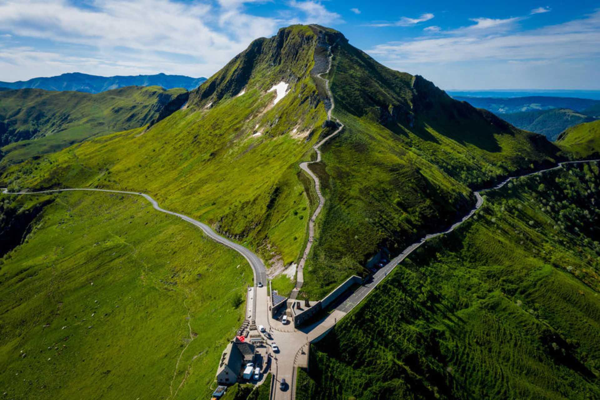 Le Puy Mary qui domine la chaîne des volcans d'Auvergne