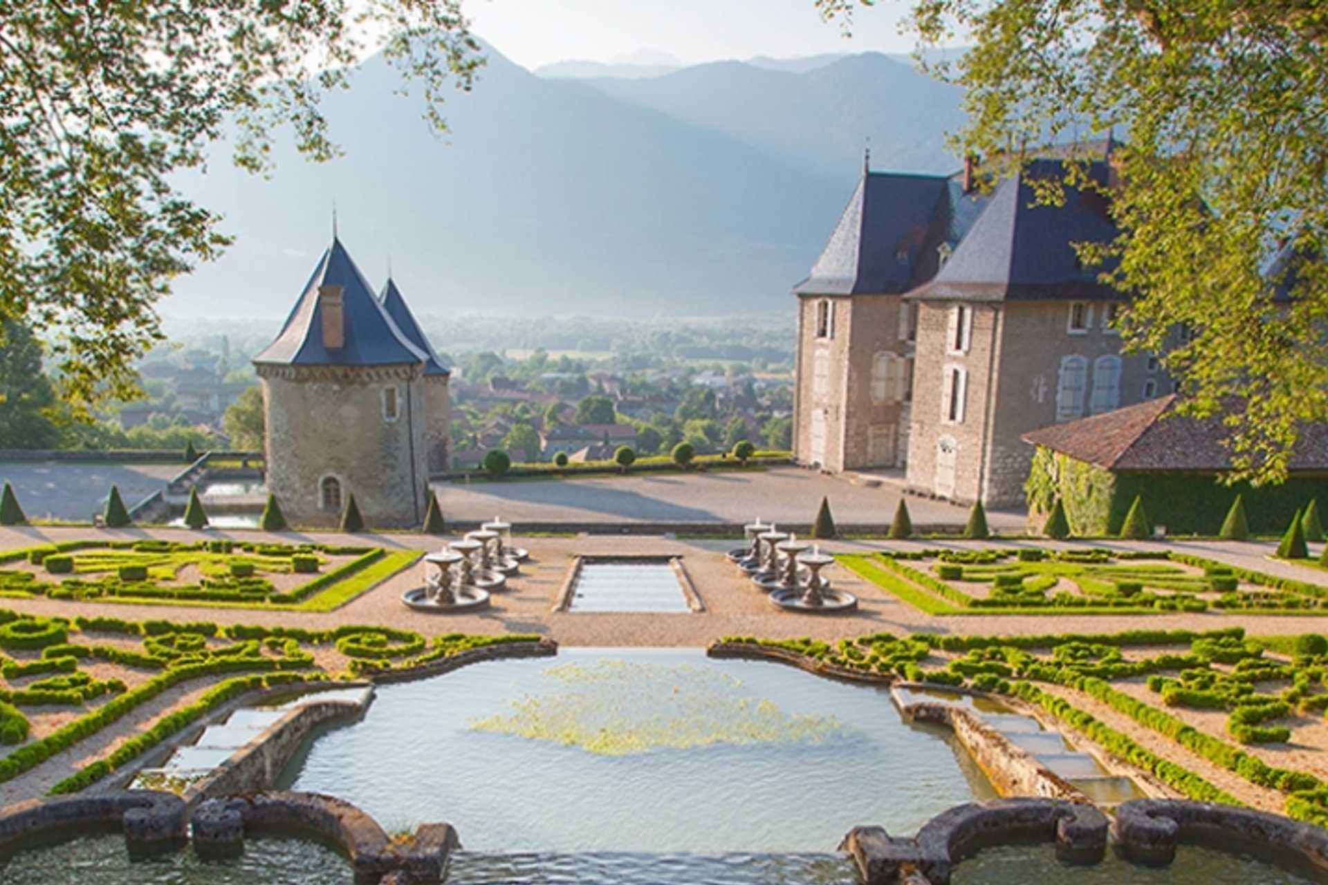 Château du Touvet et vue sur le Massif de la Chartreuse