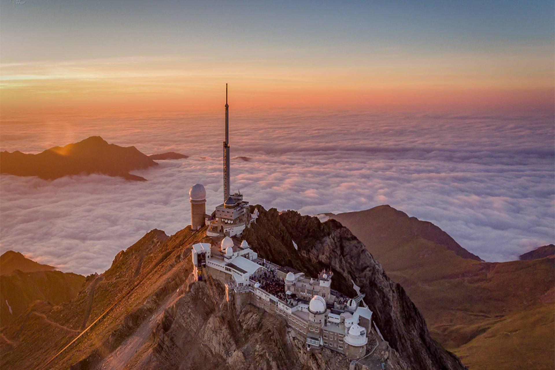 L'observatoire du Pic du Midi au dessus des nuages et juste sous les étoiles
