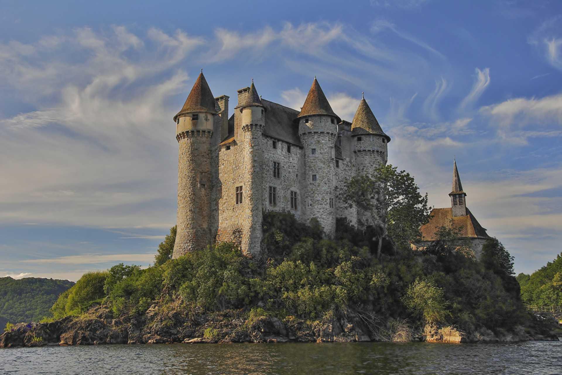 Le château de Val sur sa presqu'île