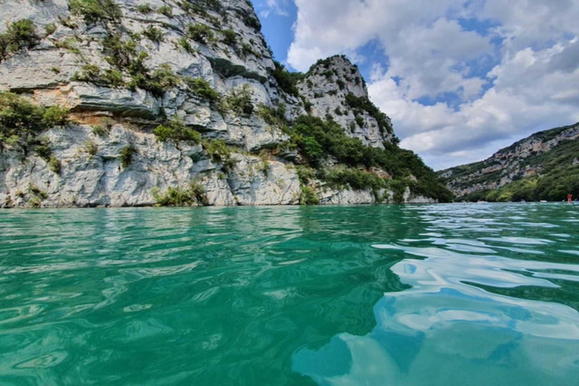 Eau turquoise et falaises en traversant les Gorges du Verdon
