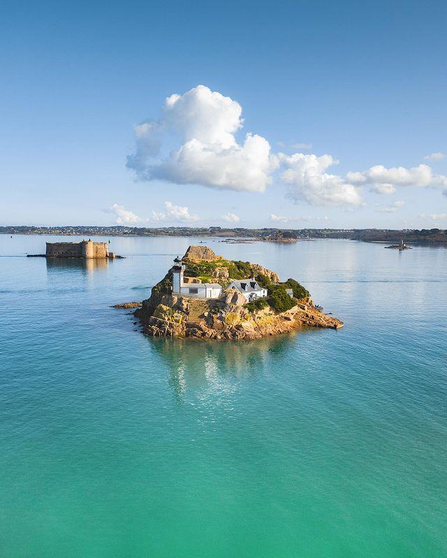 île Louët, son phare, et le château du taureau