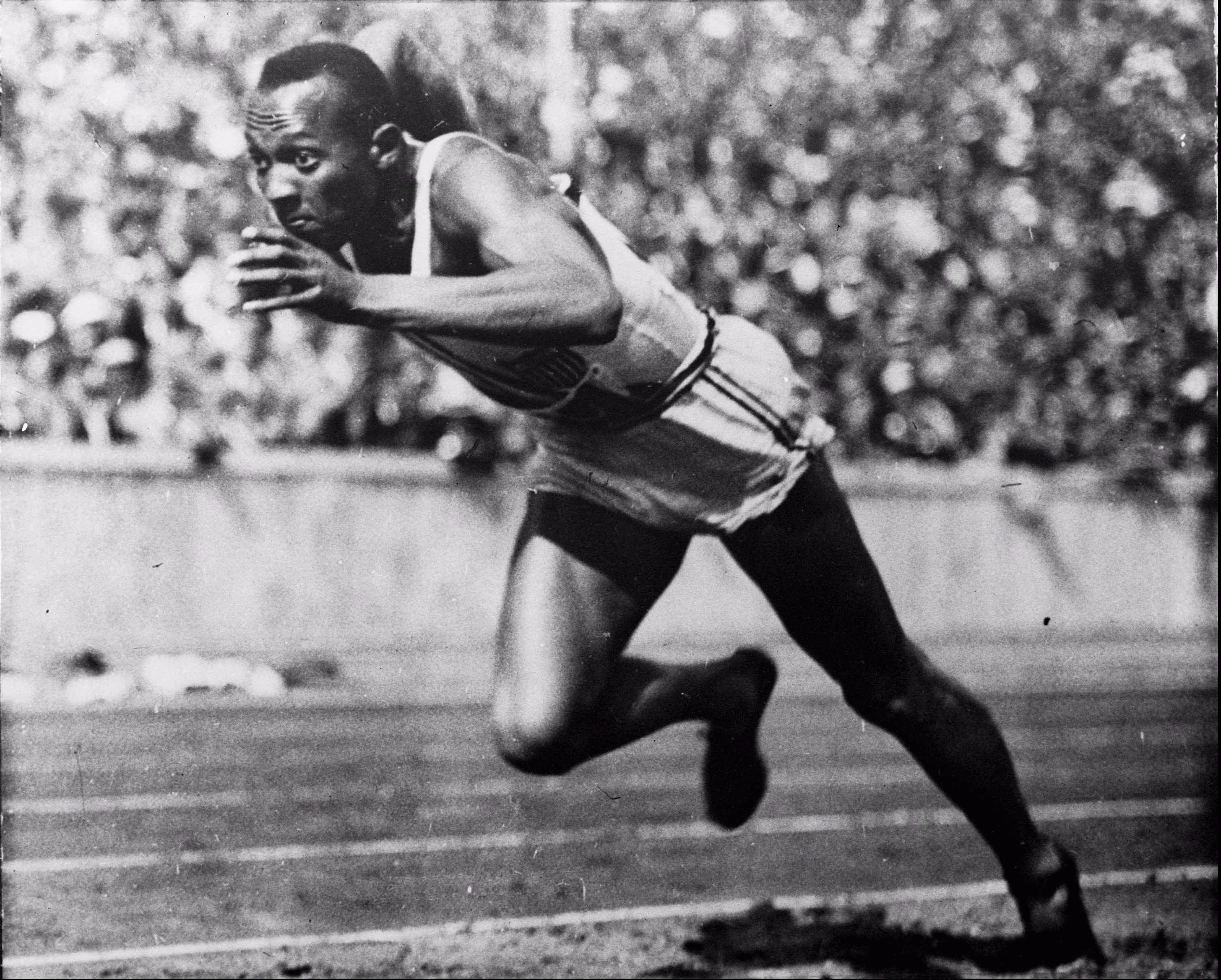 Jesse Owens sprinting