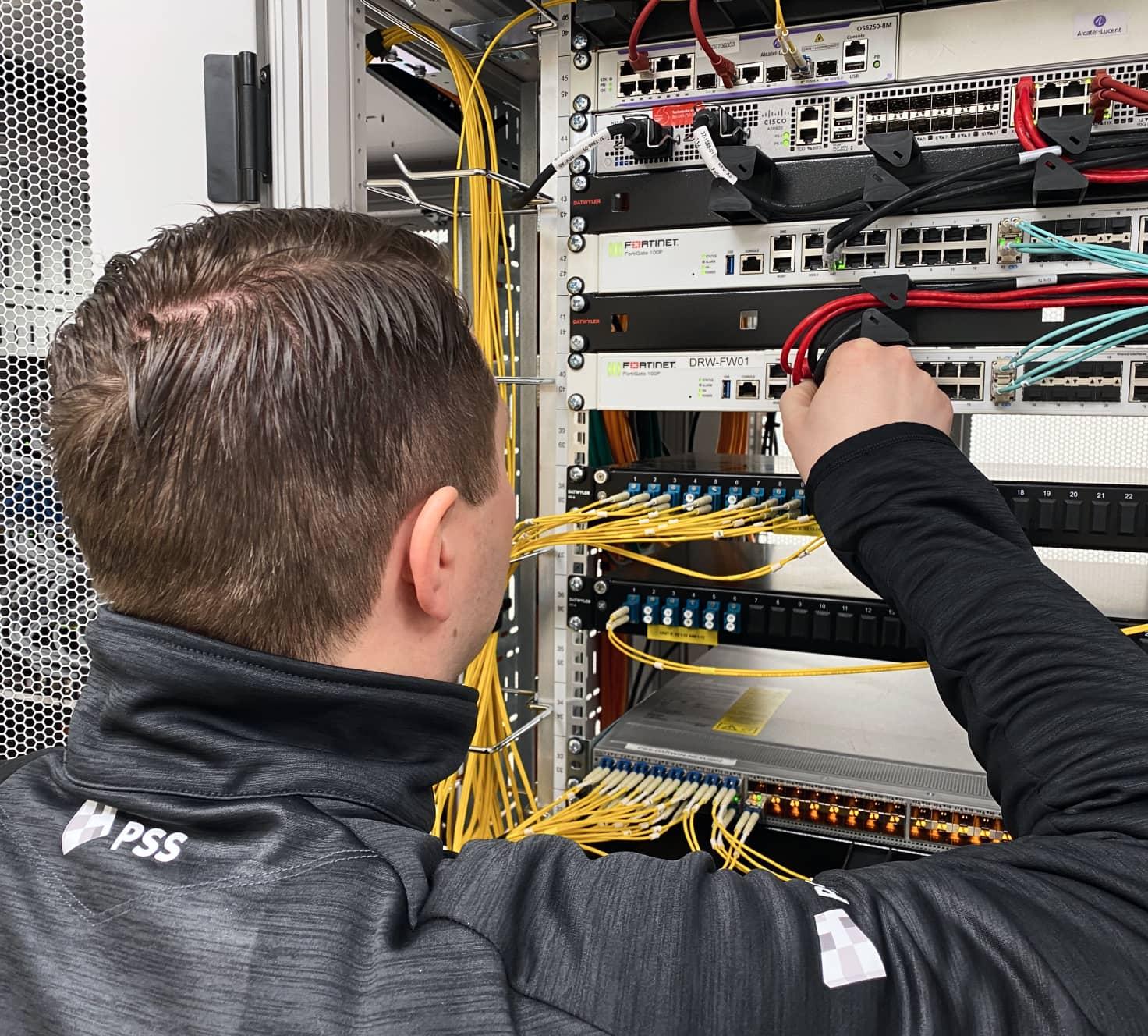 PSS medewerker bij een server kast.