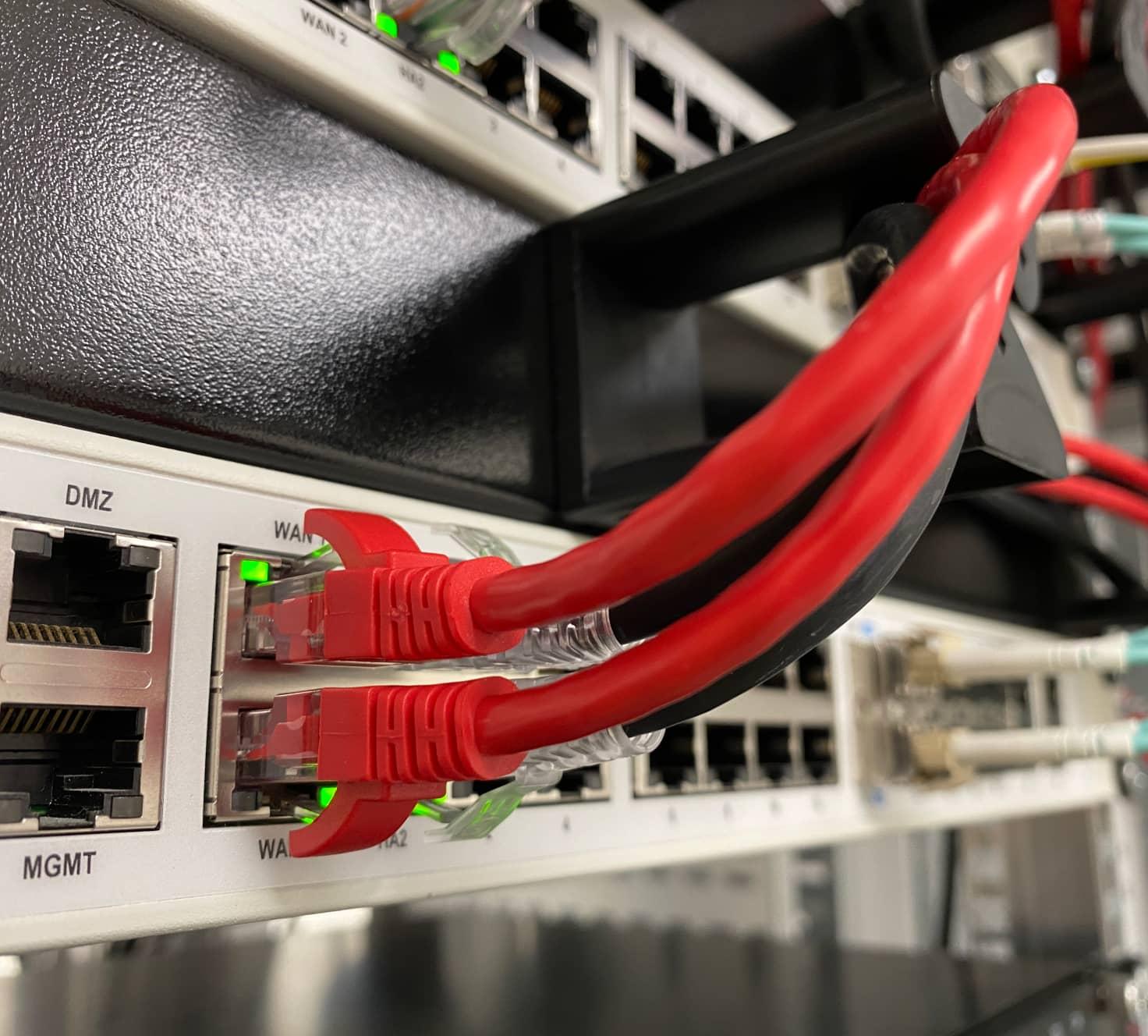 Close-up van een ethernet kabel in een server kast.