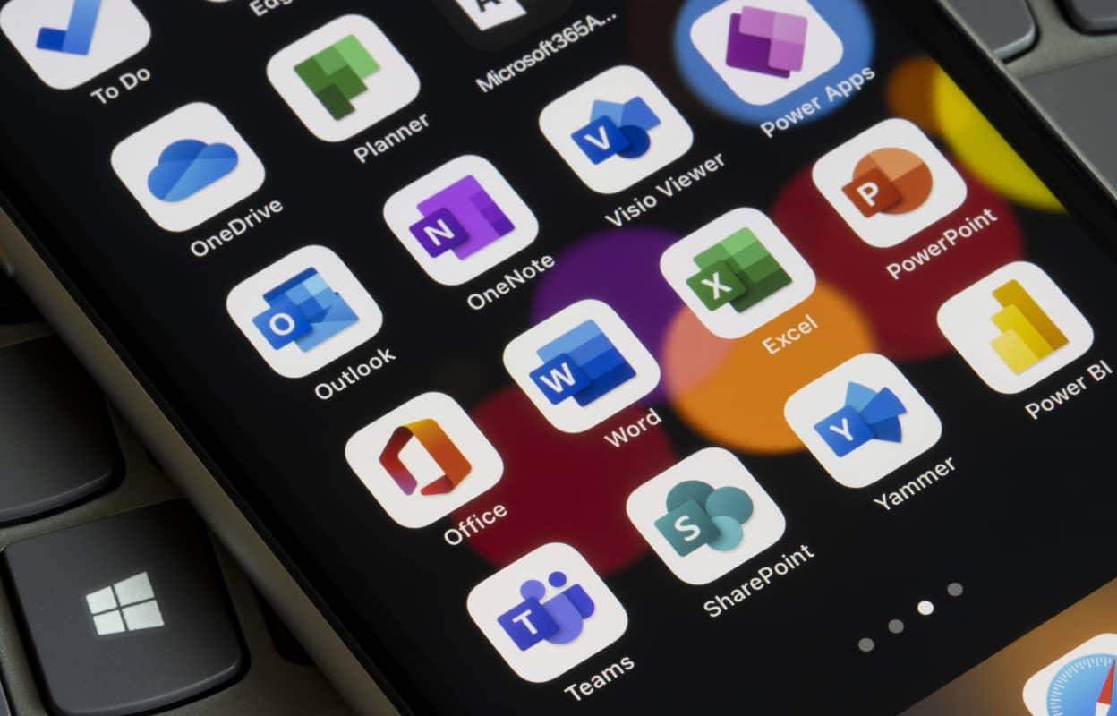 Close-up van een mobiel met Microsoft 365 apps.