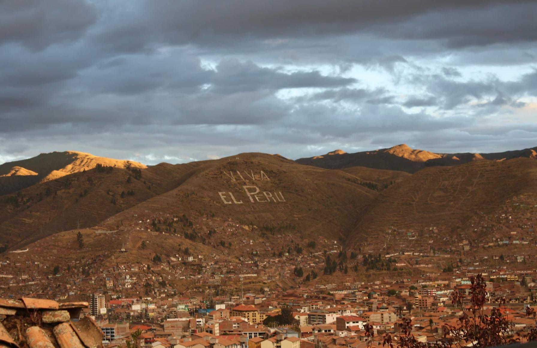 "A view of Cusco with ""Viva El Peru"" written in a hill"