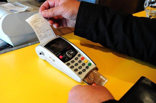 De nombreux clients sont attachés à leurs tickets de carte bancaire./PHOTOPQR/LE TELEGRAMME/CLAUDE PRIGENT