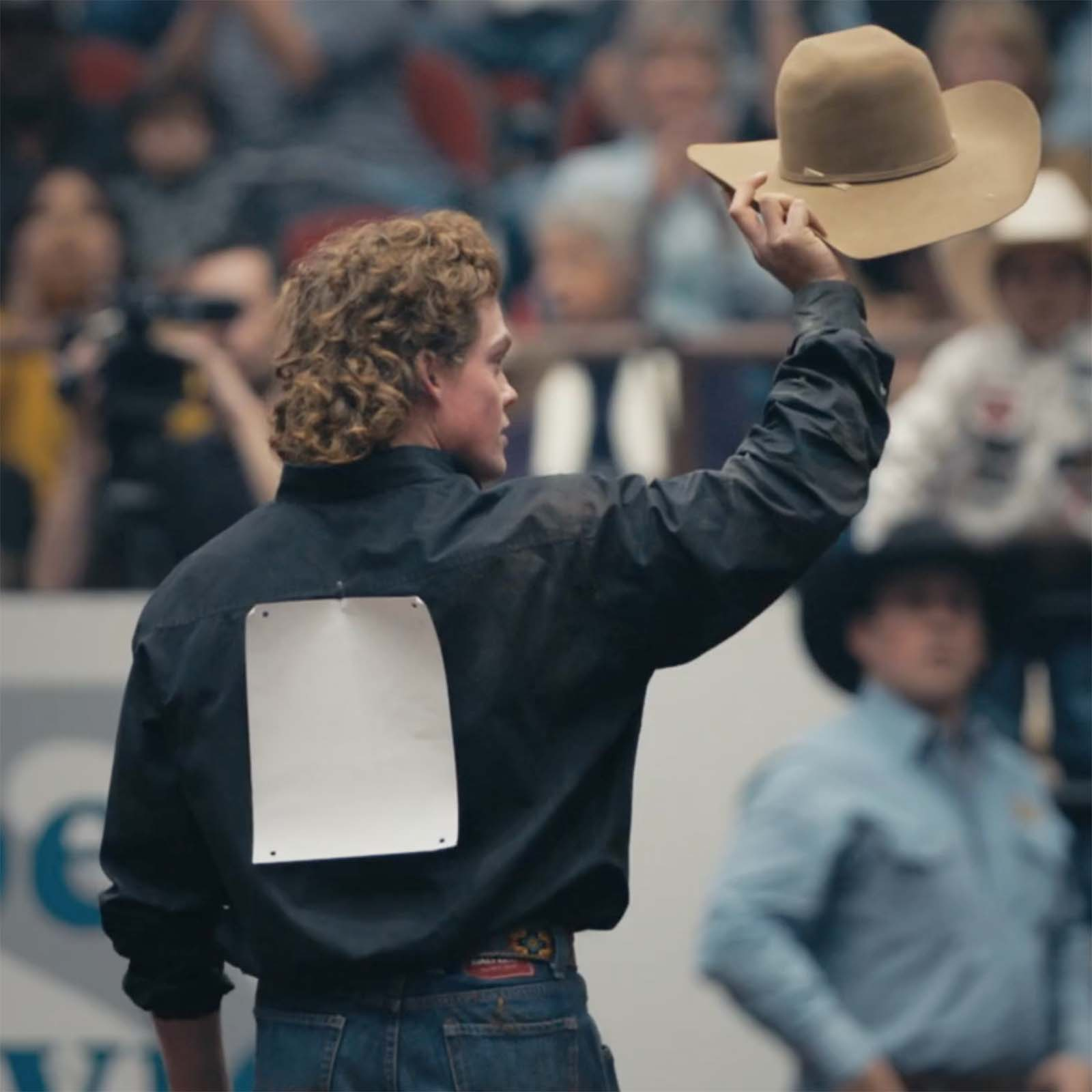 CINCH athlete raises his hat to the crowd after steer wrestling