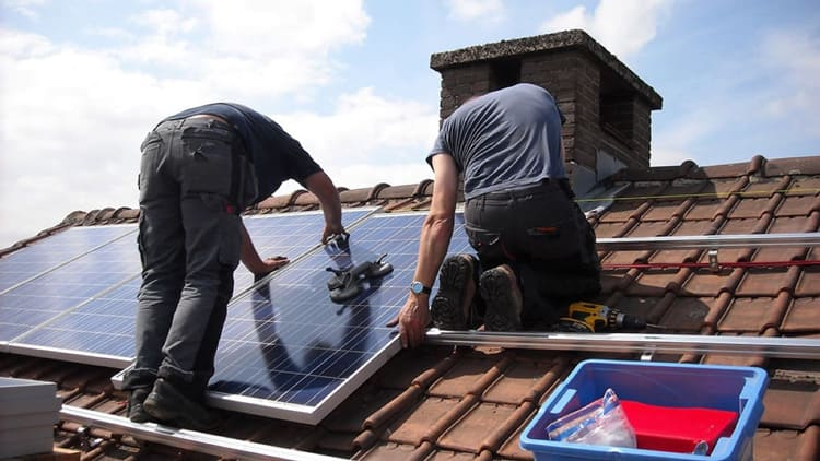 Montage einer Photovoltaikanlage auf dem Dach