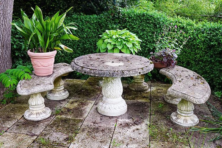 Outdoor Tisch und Bänke aus Stein