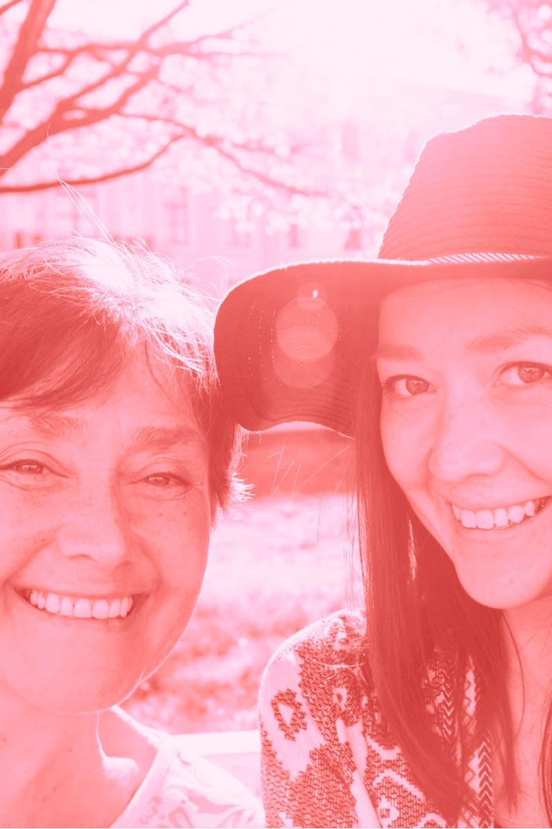 Une photo d'une grand-mère et sa petite fille représentant l'aspect intergénérationnel de Dental Family