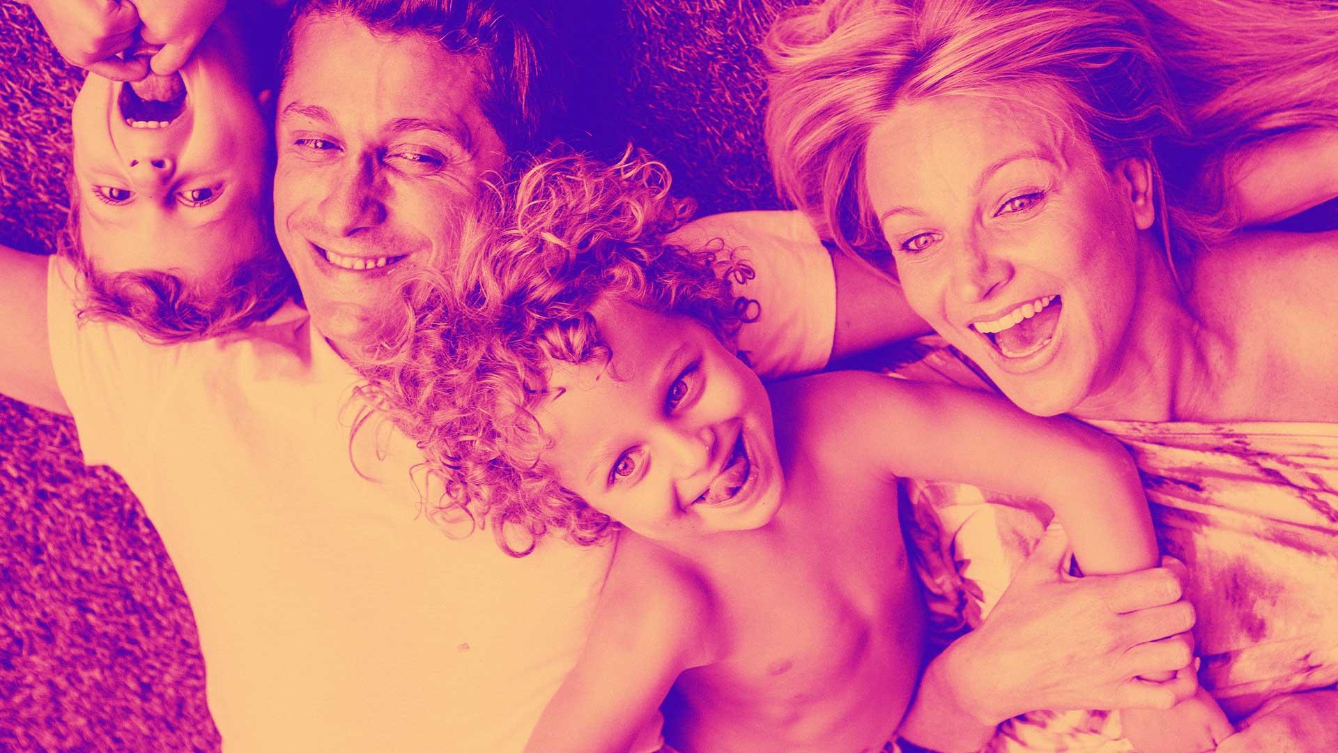 Image d'une famille souriante et heureuse
