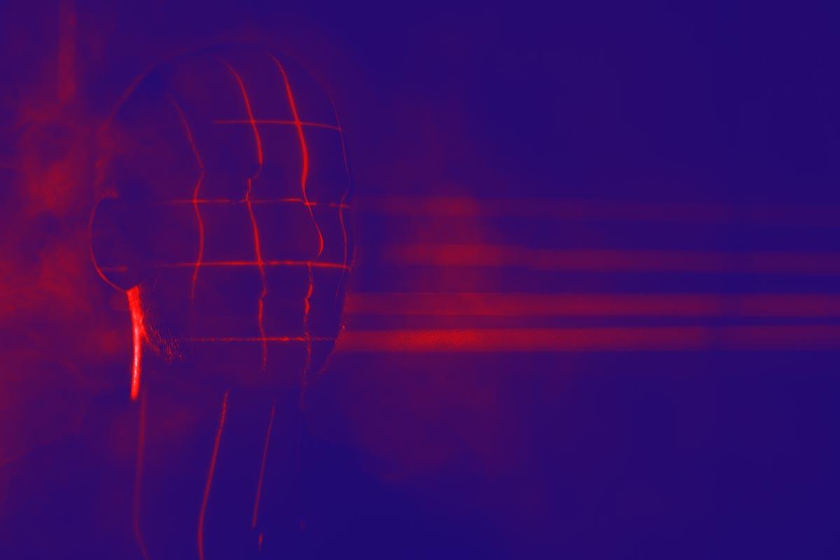 Image futuristique d'un homme sous des lasers
