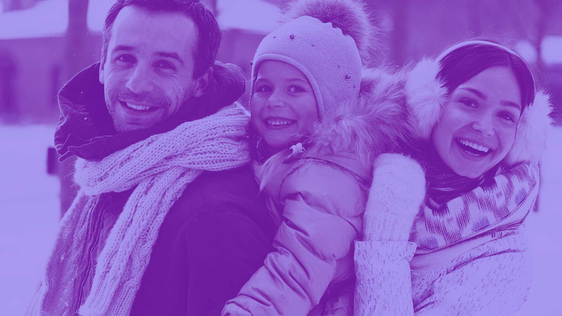 Image d'une famille heureuse et satisfaite de leur dentition.