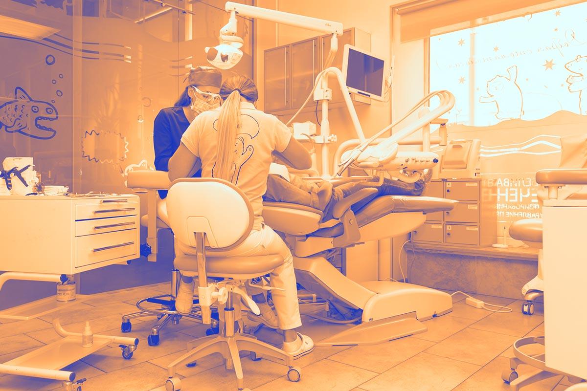 Deux dentistes femmes en pleins soins