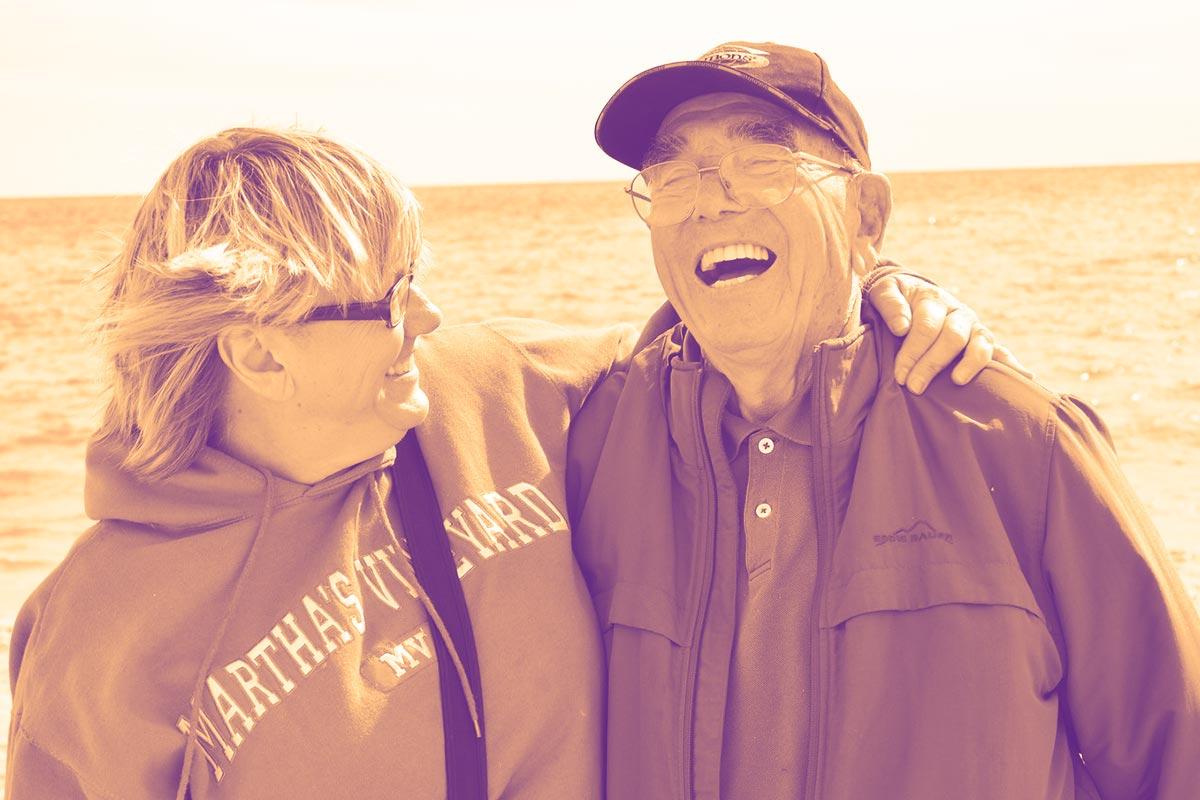 Un couple de personnes âgées souriant à pleines dents
