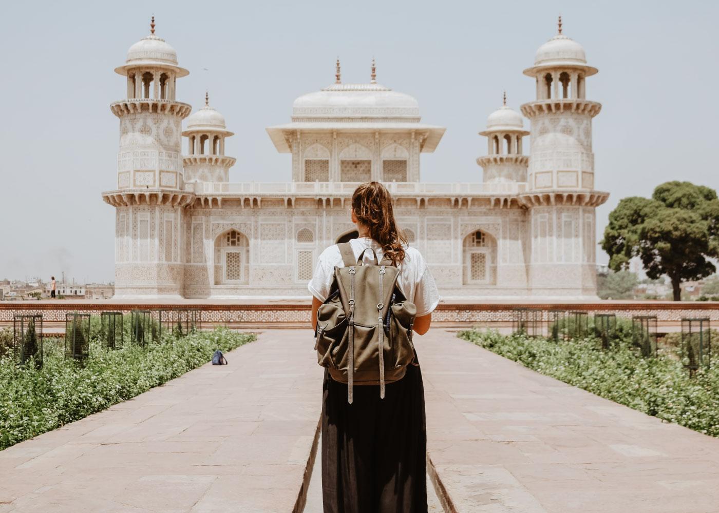 Turista in vacanza davanti ad opera architettonica
