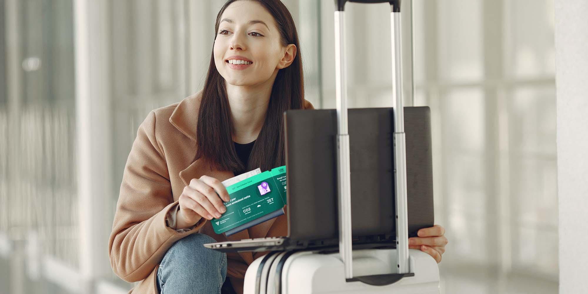 Turista con documenti di viaggio con boarding pass generico nella versione cartacea