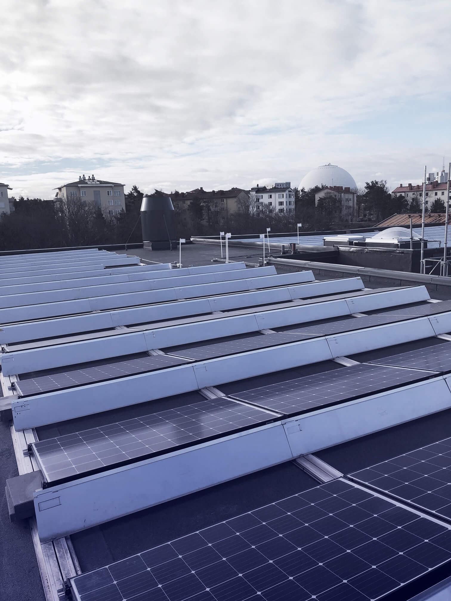 Solceller på tak med utsikt över Globen, Stockholm.