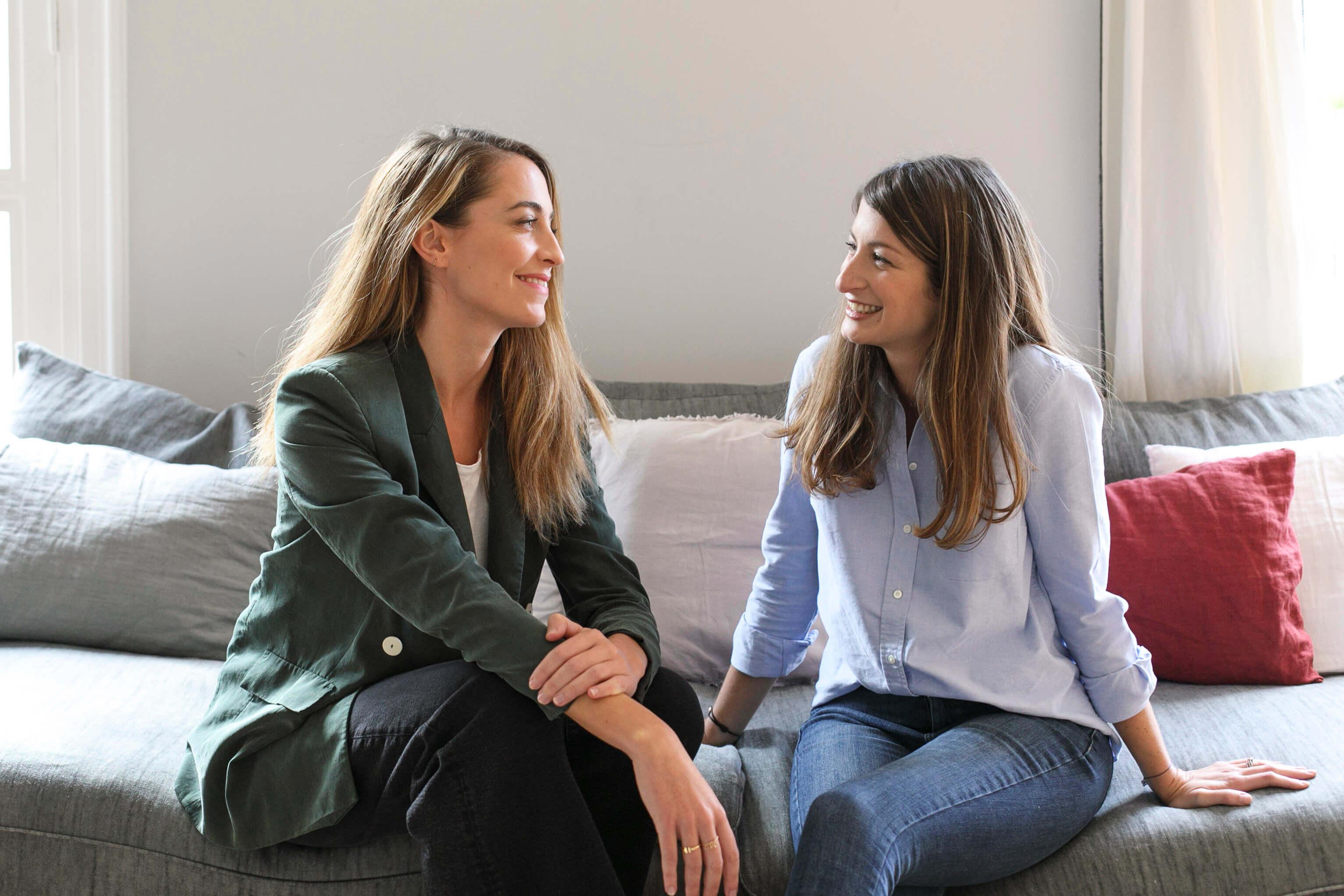 Camille & Laetitia, Co-fondatrices de la startup Cokpit assises, se regardent