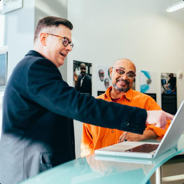 Expert partageant ses connaissances avec un dirigeant de PME lors d'un accompagnement Cokpit