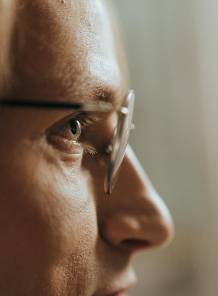 Ein Mann mit einer Vision blickt in die Zukunft.