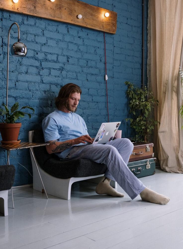 Junger Mann nimmt über den Computer Kontakt auf.