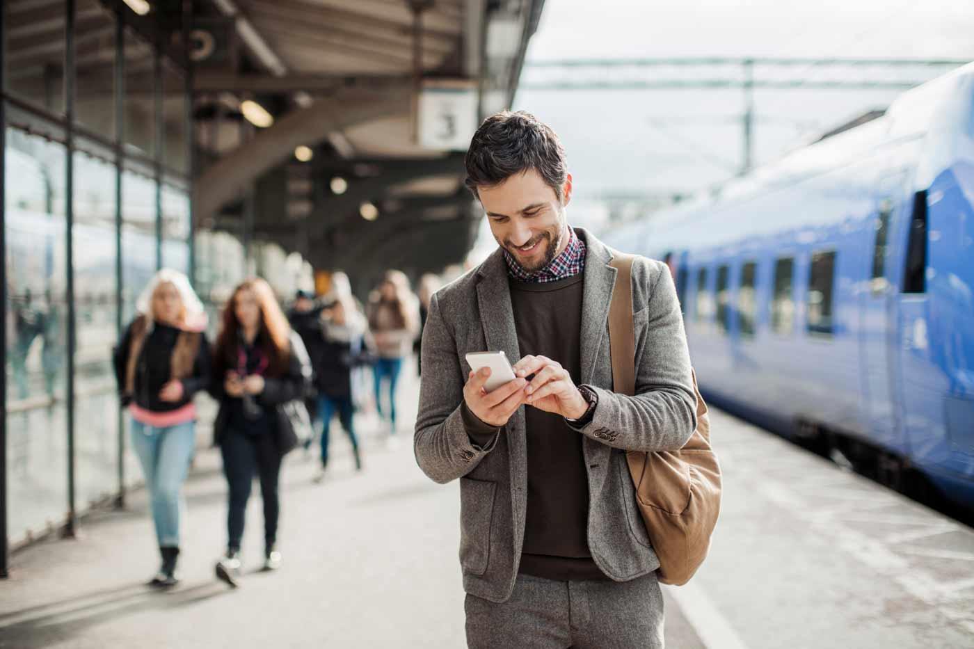 Geschäftsmann auf Reise besucht mit dem Smartphone eine Webseite