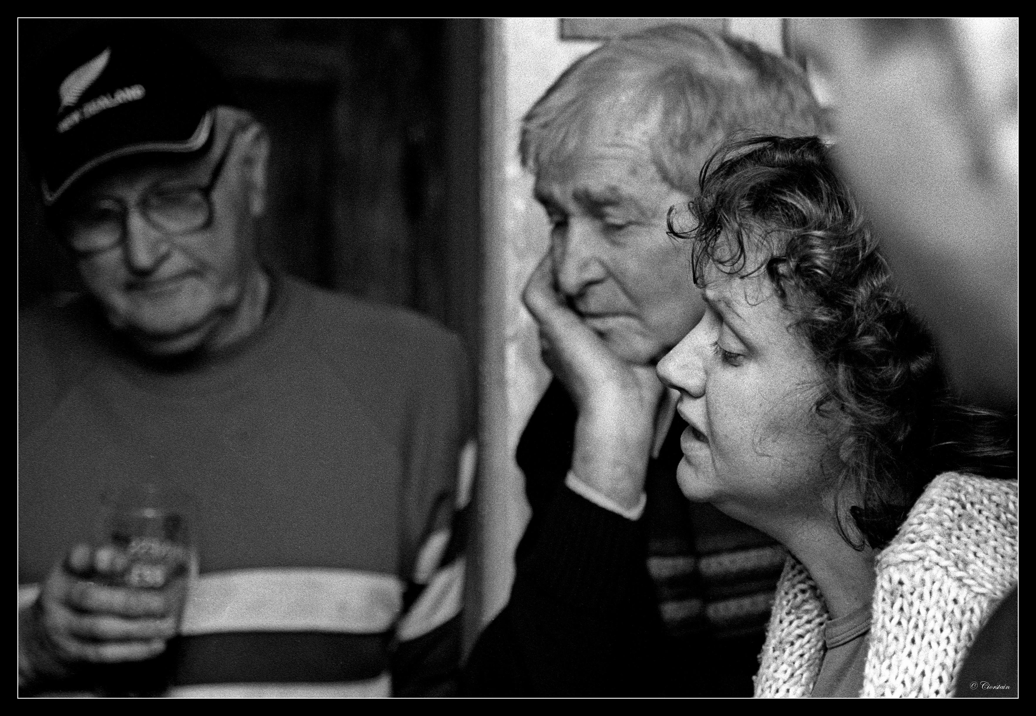 Ben Ó Laoinsigh & Tom Nelly ag éisteacht le Máire Ní Choilm ag amhrán