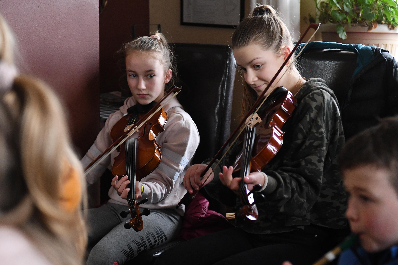 Caoimhe agus Nell i dTig Áine