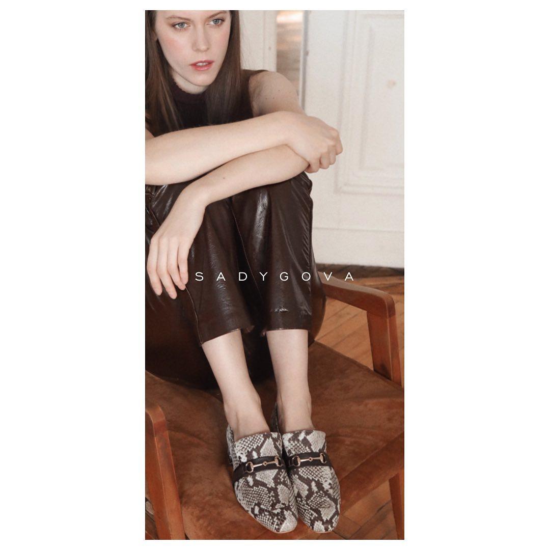 Яка пара взуття просто необхідна у кожному гардеробі? ⠀ Лофери, виконані з натуральної фактурної шкіри, із стійким блоковим каблуком і ошатними, традиційними пряжками. ⠀ Будемо носити їх з денімом, брючними костюмами і спідницями ...