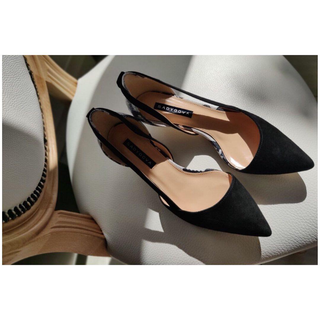 ДОДАЮТЬ ЖІНОЧНОСТІ... ⠀ Навіть найсуворіший power dressing стане м'якшим з взуттям kitten heel. Спробуйте, можливо, іноді варто здаватись трішки слабшою? Хоча б в питанні аксесуарів))) ⠀ Туфлі SECRET. ⠀ Натуральна італійська велюр...