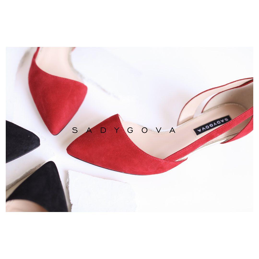 Туфлі SECRET, виконані з чорної та червоної італійської замші. ⠀  Каблук - 35мм. ⠀ #sadygovasecret ⠀ #sadygovaheels #sadygova #incredibleshoes